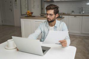 casual adult male working from home 300x200 - Manager en télétravail, comment bien s'organiser en distanciel ? [eBook]